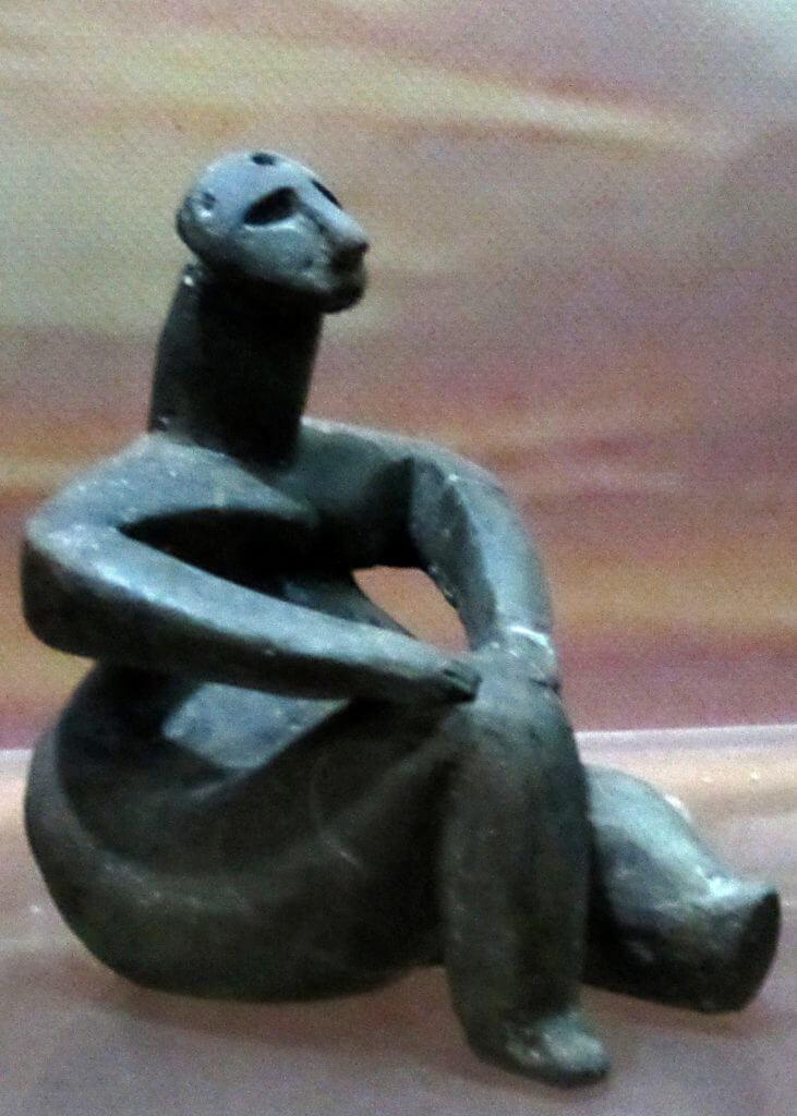 Obra maestra de arte neolítico. Mujer sentada.