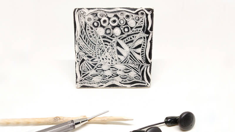 Decoración cerámica esgrafiado. Pieza video esgrafiando garabatos