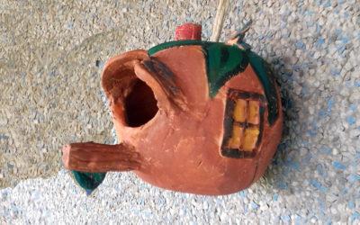 Casita para pájaros, una manualidad para niños con cerámica en frío