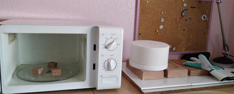 Tu micro taller de cerámica en casa, microondas, refractarios, cápsula para cocer, y guantes.