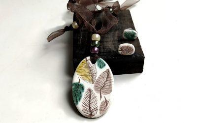 Colgante con técnica decorativa cerámica de verde y morado. Vídeo 14