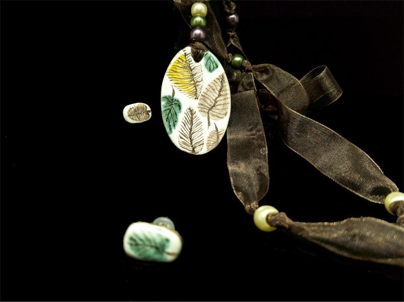 Colgante con técnica decorativa cerámica de verde y morado. Manufactura, pintura con pigmentos y óxidos  y cocción con microondas.
